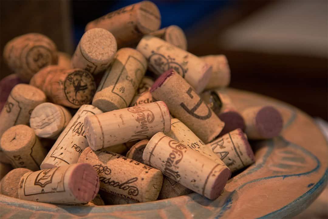 bouchons de vin en liège entassés