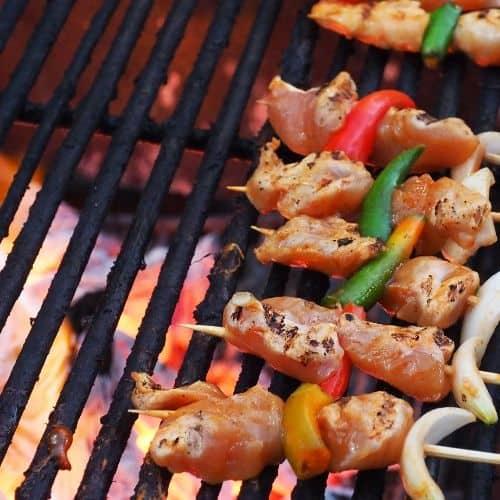 brochettes de poulet cuites au charbon de bois