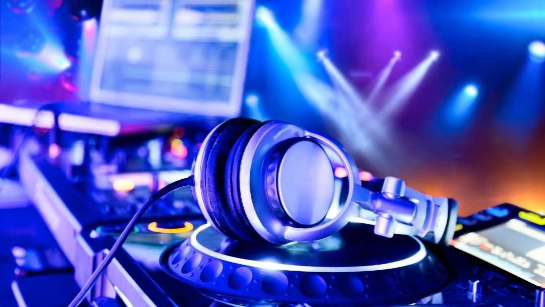 casque audio posé sur une table de mixage