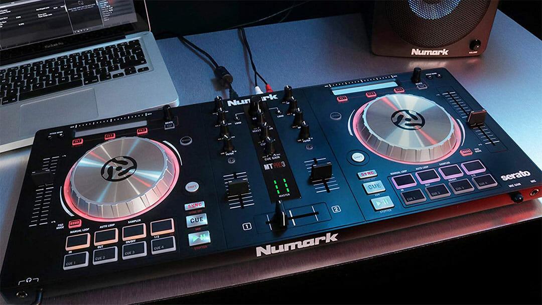 Contrôleur portable sur une table de mixage